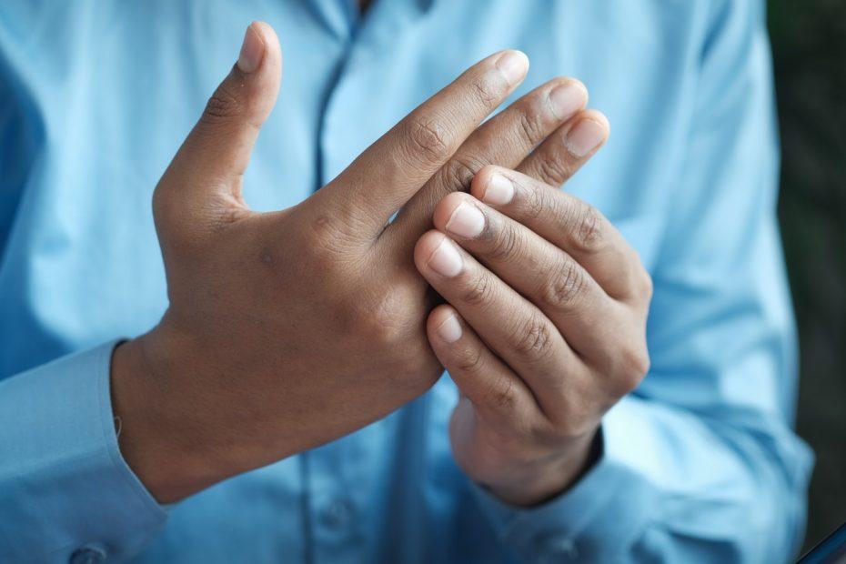 personne qui a de l'arthrite à guerir avec du cbd